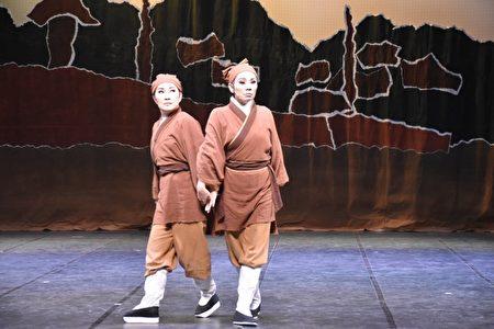 杜子春 (两人饰一角)。(兰阳戏剧团提供)