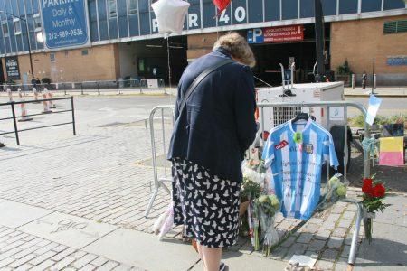 市民瑪麗女士(Mary)專程來逝者遇難的地方祈禱。