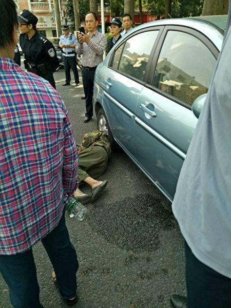 11月3日,廣東東莞市厚街鎮新圍社區九名山村百餘名村民到鎮政府維權,遭遇數百名特警毆打。(受訪者提供)