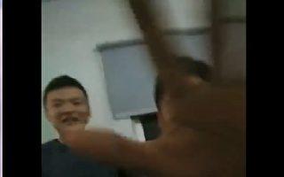 10月14日凌晨,上海李琴家裡突然衝進來20個保安,在她家隨意吃喝拉撒,稱是嘉定區委區政府派來監控她的。(視頻截圖/李琴提供)