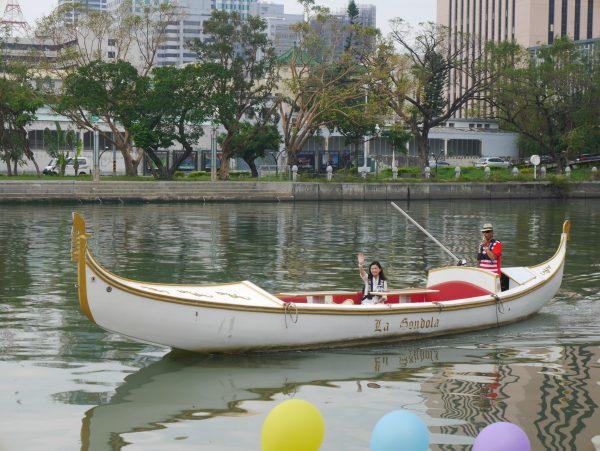 高雄七贤桥因桥面过低,只要逢涨潮观光船只便无法通行,高雄市长陈菊20日在议会中允诺会评估改建。(方金媛/大纪元)