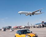 多倫多警方正在調查週日時有激光指向皮爾遜機場飛機事件。圖爲一架正在多倫多皮爾遜國際機場降落的飛機。(伊鈴/大紀元)
