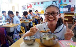 2017年9月开始,弥陀区五所学校率先把具有四章一Q认证的在地虱目鱼端上餐桌,让地方特产的风味在故乡校园飘香。 (高雄市海洋局提供)