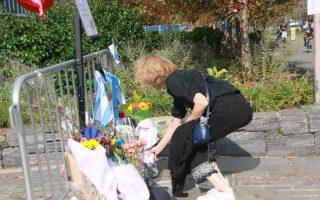 市民在逝者遇難的地方擺上鮮花。 (王新一/大紀元)