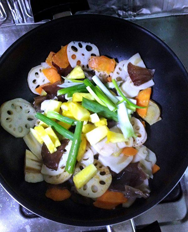 炒熟之後,倒入鳳梨、蔥、薑炒香,最後撒上少許鹽巴,這道菜就完成了。(圖:奧莉薇小姐/大紀元)