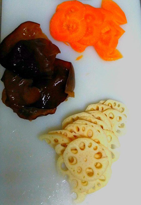 蓮藕、木耳、紅蘿蔔切片備用。(圖:奧莉薇小姐/大紀元)