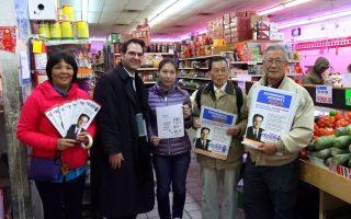 布碌崙第44选区民主党参选人叶格(左二)昨天与华裔支持者一同拜访班森贺华人社区。 (安心/大纪元)