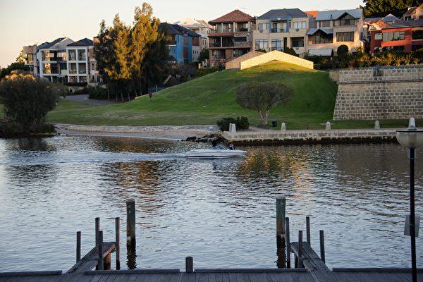 西澳科廷大学的一位教授日前表示,如果珀斯继续通过在城市边缘建造大型的、独立的房屋来进行城市扩张,那么许多居民将错过选择合适的住房的机会。图为东珀斯。(周鑫/大纪元)