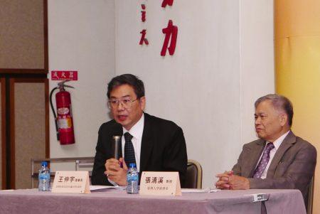 """台湾营救受迫害法轮功学员协会理事长王仲宇(左)指出,人权问题不被解决,""""中国永远是个大监狱""""。"""