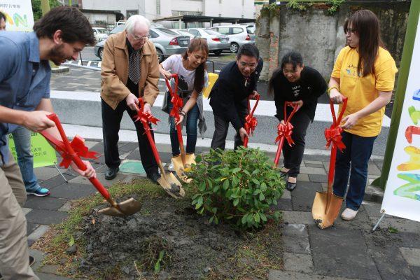 宜蘭市長江聰淵、羅徹特教授外國音樂家們在市民之森廣場種下一棵榕樹。(曾漢東/大紀元)