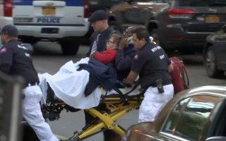 救護人員到場後飛快將受傷民眾送上救護車。 (奧立弗/大紀元)