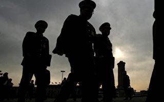 中共前政法委書記周永康、政治局委員薄熙來等人,曾企圖利用政法委主管的公安、武警部隊在中共十八大後政變,奪取習近平的權力。(MARK RALSTON/AFP/Getty Images)