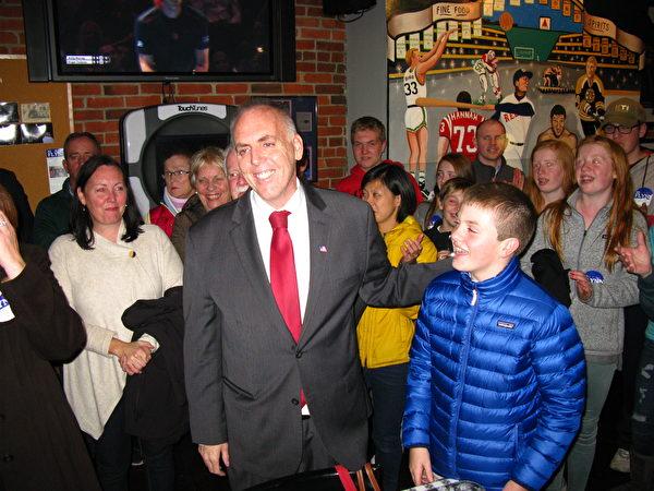费连(Edward Flynn)当选华埠所在的第二选区市议员。(冯文鸾/大纪元)