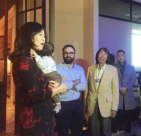 波士顿市议长吴弭(左一)高票连任。(吴弭提供)