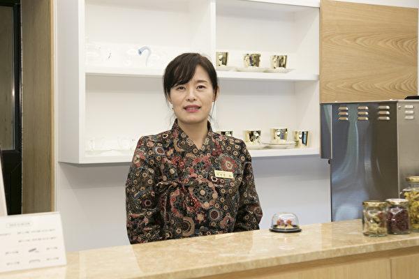 扁康茶店樸星正經理中文、日文、英語、韓國語皆通。(全景林/大紀元)