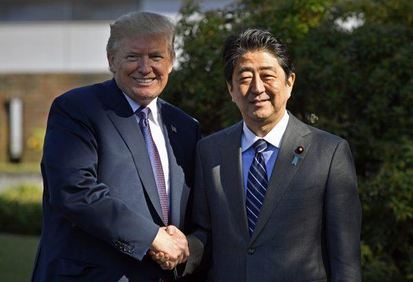 美國總統川普(左)昨(5)日抵達日本,會見日本首相安倍晉三(右)。 (AFP)