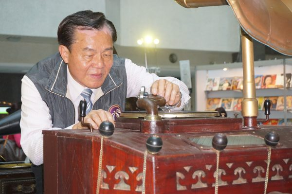 愛骨董播音機成痴,林本博在三峽房子專門容納300多件寶貝珍藏留聲機,以及無以計數的黑膠唱片。 (李怡欣/大紀元)