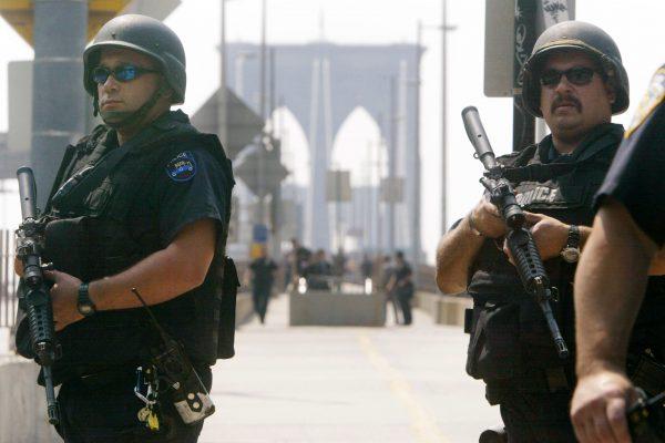 圣诞节期间,纽约市警察局将在城市各处布置更多重武器。 (Mario Tama/Getty Images)