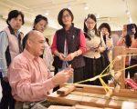20年鑽研傳統文化,阿美族人鄭志貴利用漂流木自製織布機。(詹亦菱/大紀元)