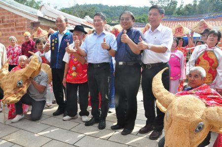 客委会主委李永得(中)出席巨埔社区活动,受到民众热烈欢迎。(赖月贵/大纪元)