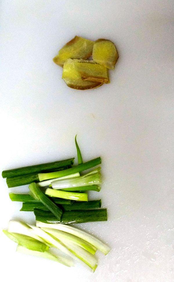 蔥切成小段、薑切片備用。(圖:奧莉薇小姐/大紀元)