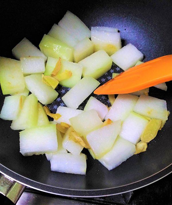 锅中放少许油,把姜丝和冬瓜炒香。(图:奥莉薇小姐/大纪元)