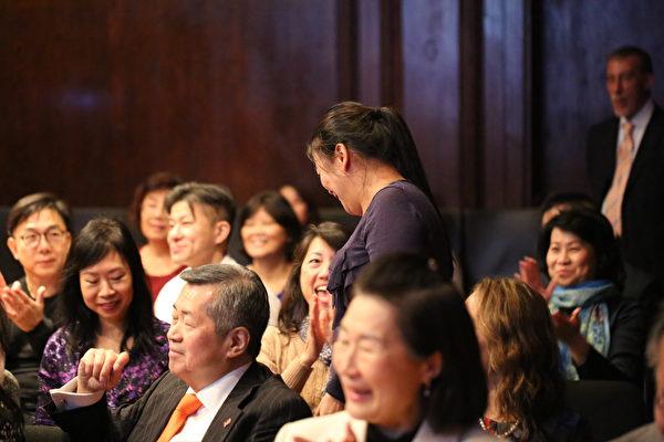 被有獎問答抽中的觀眾起身來到台前。(謝雲良/大紀元)