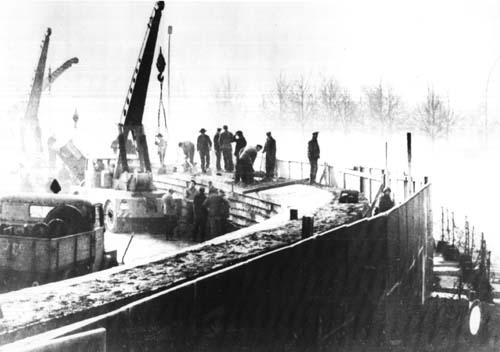 1961年11月20日,东德工人正在修建柏林墙。(公有领域)