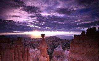 布莱斯峡谷国家公园内的著名景点:雷神之锤(Thors Hammer),在苍茫暮色里,显得更是奇特而壮观。(skeeze/CC/Pixabay)