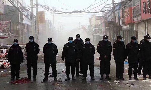 """北京大興發生火災後,中共當局以確保安全為由,在北京展開大清查,趕走幾十萬的被當局稱為""""低端人口""""的外地務工人員。網友稱中共僱傭的清查打手,就像清理猶太人的黨衛軍。(網友提供)"""