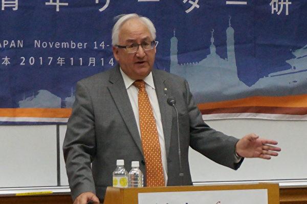 11月14日至17日,第12屆族群青年領袖研習營在日本東京奧林匹克中心召開,澳大利亞議員邁克爾・丹比在研習會上發表演講。(文亮/大紀元)