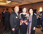 圖:休斯頓亞裔活動家Rogene Gee Calvert(中)榮獲今年Robert Wood Johnson 基金會健康平權獎,Ed Gor(左)和Beverly Gor(右)合影祝賀。(易永琦/大紀元)