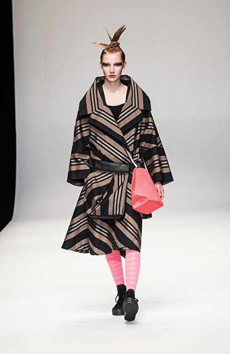 日本設計師HIROKO KOSHINO(小篠弘子)10月19日在東京惠比壽舉辦的時裝秀上,發表了2018年春夏新裝, 這次以「復古創新」為主題。(野上浩史/大紀元)