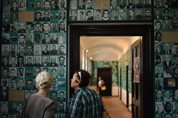 2013年7月13日,访客在罗马尼亚的锡盖特博物馆内参观。此博物馆利用监狱旧址,揭露共产极权罪行、纪念当年的受害者。(DANIEL MIHAILESCU/AFP/Getty Images)
