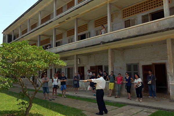 柬埔寨的吐斯廉屠杀博物馆由前赤棉的集中营监狱改建而成,揭露共产暴政残害人民的罪恶。图为讲解员在向参观的游客介绍情况。
