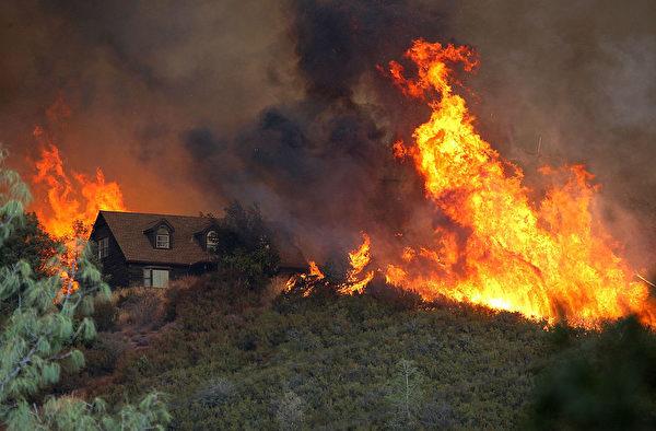 大火蔓延,看着远方的火光,罗兰不敢想像奥丁和羊群的境遇。示意图。(Justin Sullivan/Getty Images)