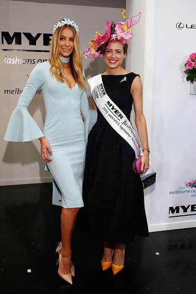2015年最佳观赛着装奖全国总冠军Emily Hunter(右)身着妈妈缝制的简约黑裙。 (Zak Kaczmarek/Getty Images)