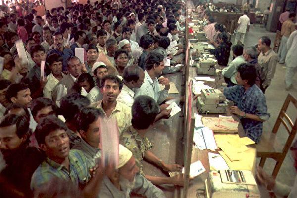 美国白宫周一(11月13日)表示,过去十年,近三万来自支持恐怖主义国家的公民,通过绿卡抽签移民计划,取得美国永久居留身份。图为数千名孟加拉公民在邮局排队邮寄2016年绿卡抽签申请文件。 (MUFTY MUNIR/AFP/Getty Images)