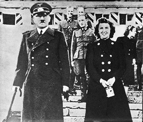 希特勒、他的情妇伊娃布劳恩(Eva Braun)。(Hulton Archive/Getty Images)