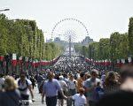 """巴黎市议会11月22日投票决定,占用协和广场安置摩天轮的协议将不会续约,原因是希望对协和广场的""""特殊遗产特征""""和凯旋门与卢浮宫之间的""""历史视觉景观""""进行保存和加强。目前的协议将于2018年7月5日到期。(LIONEL BONAVENTURE/AFP/Getty Images)"""