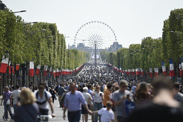 巴黎市議會11月22日投票決定,佔用協和廣場安置摩天輪的協議將不會續約,原因是希望對協和廣場的「特殊遺產特徵」和凱旋門與盧浮宮之間的「歷史視覺景觀」進行保存和加強。目前的協議將於2018年7月5日到期。(LIONEL BONAVENTURE/AFP/Getty Images)