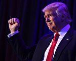 一年前的11月8日,共和党推出的总统参选人川普(特朗普),以304张选举人票对227票,击败民主党参选人希拉里,赢得大选。(SAUL LOEB/AFP/Getty Images)