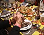 據美國農業局公佈的數據,今年美國市場的火雞價格呈5年來最低水平。就一桌10人的感恩節火雞套餐而言,平均價格為49.12美元,即每人只需不到5美元。(John Moore/Getty Images)
