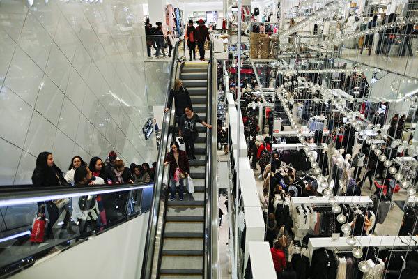 """美国即将进入节日购物季,许多人期待在感恩节过后的""""黑色星期五"""",抢购零售店推出的年度大折扣优惠商品。图为2016年黑色星期五,商店的购物人潮。(Eduardo Munoz Alvarez/Getty Images)"""