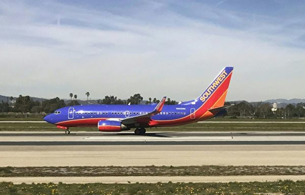 女子乘坐西南航空的班机,被请下飞机。(DANIEL SLIM/AFP/Getty Images)