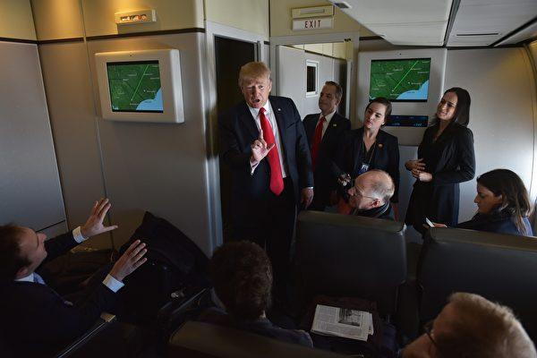 美国总统川普(特朗普)在周三(11月8日)飞抵北京。在空军一号上,白宫资深官员答随行记者问,有多处亮点。图为2月3日,川普乘空军一号前往佛罗里达,答随行记者提问。      (MANDEL NGAN/AFP/Getty Images)