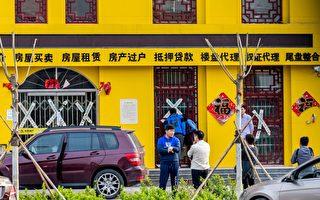 图片显示,今年4月河北省安新县一家房地产经纪公司被封闭。 (Photo credit should read STR/AFP/Getty Images)