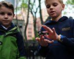 指尖陀螺(Fidget spinner)被指有含鉛超標的危險。(JEWEL SAMAD/AFP/Getty Images)