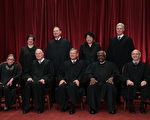 美国最高法院现任大法官。前排左起:大法官鲁思·金斯伯格、安东尼·肯尼迪、首席大法官约翰·格洛佛·罗伯茨、克拉伦斯·托马斯、史蒂芬·布雷耶 后排左起:大法官艾蕾娜·卡根、塞缪尔·阿利托、索尼娅·索托马约尔、尼尔·戈萨奇。(Alex Wong/Getty Images)