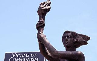 2007年6月12日,全球首个共产主义受难者纪念碑于在美国首都华盛顿特区落成揭幕。这座10英尺高的古铜雕像,取材于1989年北京天安门广场上的民主女神像。(KAREN BLEIER/AFP/Getty Images)